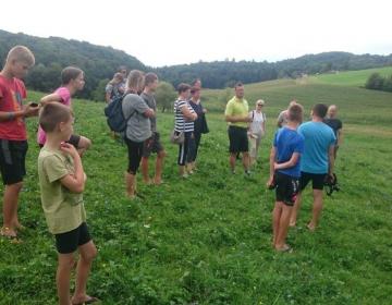 »Na naši kmetiji diši, diši po senu,« je izpostavil gospodar ekološke kmetije Zadravec z Miklavža pri Ormožu Matej Zadravec na dnevu odprtih vrat, ki je 23. avgusta potekal v sklopu EIP projekta Seneno meso in mleko.