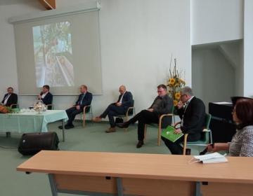 Na okrogli mizi sta sodelovala tudi predsednik KGZS Roman Žveglič in direktor KGZS Janez Pirc