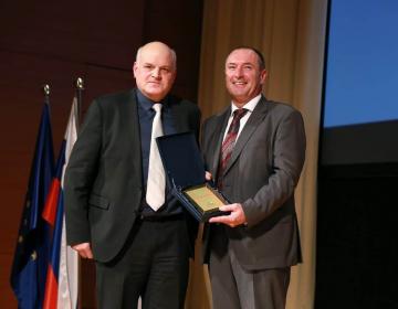 Predsednik KGZS Cvetko Zupančič je izročil zahvalo direktorju KIS Andreju Simončiču