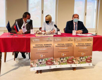 Festival Dobrote slovenskih kmetij so predstavili (z leve proti desni) predsednik organizacijskega odbora Peter Pribožič, županja mestne občine Ptuj Nuška Gajšek in direktor KGZS - Zavoda Ptuj Andrej Rebernišek.