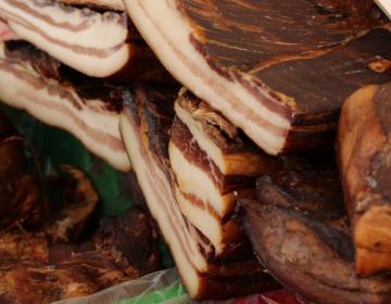 Slovenski potrošnik  ima v prodajnih vitrinah na voljo (pre)malo prašičjega mesa slovenskega porekla.