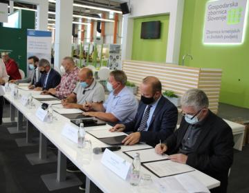 Pri podpisu izjave o skupnem sodelovanju vinogradnikov in vinarjev