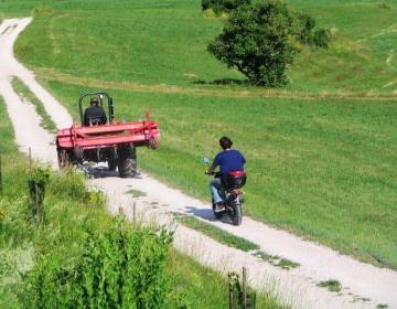 Velik delež javnih cest še vedno leži na zasebnih zemljiščih