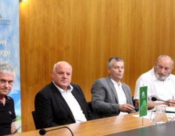 Na novinarski konferenci so sodelovali (od leve): podpredsednik Sindikata kmetov Slovenije Roman Žveglič, predsednik KGZS Cvetko Zupančič,Marjan Hren, predsednik Zveze lastnikov gozdov Slovenije, ter Stane Bergant, predsednik Društva lastnikov gozdov Gore