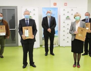 Podelitve priznanj za življenjsko delo so se udeležili (od desne): Ivan Kure, Doroteja Ozimič, Franc Režonja, v imenu pokojne Inke Stritar pa njen sin Albin. Priznanja jim je podelil predsednik KGZS Cvetko Zupančič (v sredini).