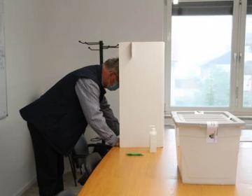 Končano glasovanje pravnih oseb, fizične na volišč...