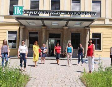Predstavniki ZSPM in KGZS s predavatelji pred Koroško kmetijsko gozdarsko zbornico v Celovcu FOTO: Julija Kordež